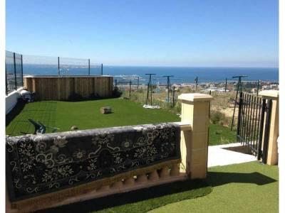 Jardin avec une vue sur la mer